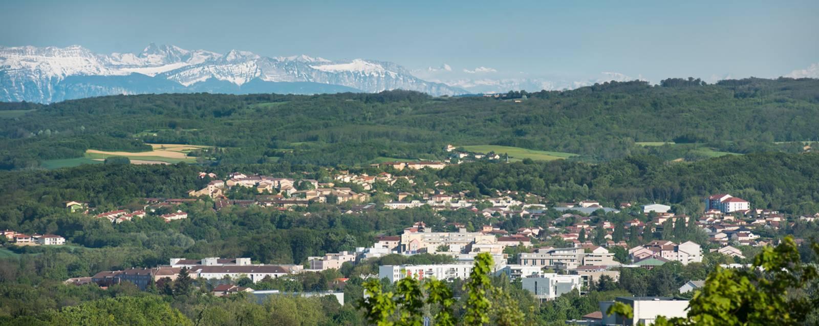 Vue sur Villefontaine et les montagnes